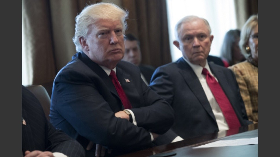 Trump y Sessions: enemigos íntimos, rodeados por el FBI